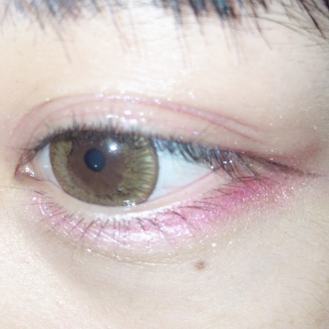 下まぶたの際にアイホール全体にぬった青みピンクを濃いめにのせます。 うすピンク系のアイシャドウを涙袋にのせます