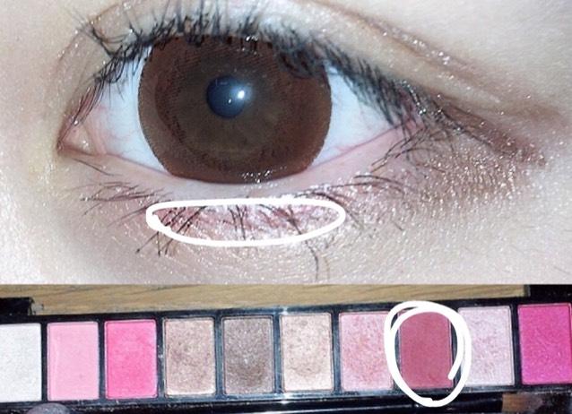 黒目の下の部分に、ピンクor赤などの暖色を入れて女の子らしさをアップさせます