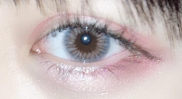 涙袋はベージュ系のアイシャドウを塗ります。 涙袋の影を書いて、目尻3分の1にアイホールに塗ったカラーと同じ色を塗ります