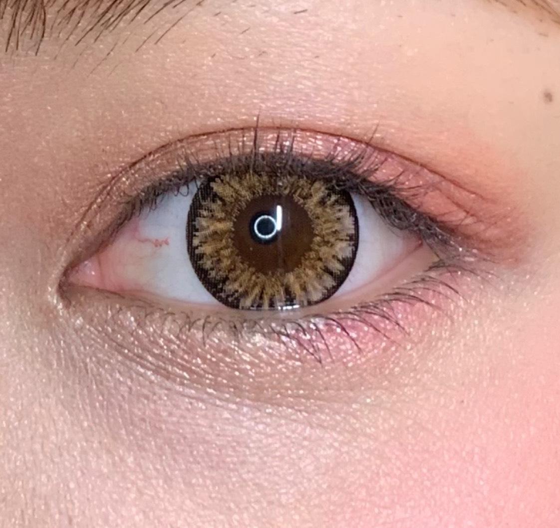 右から4番目のピンクを黒目の下から目尻側に塗ります!