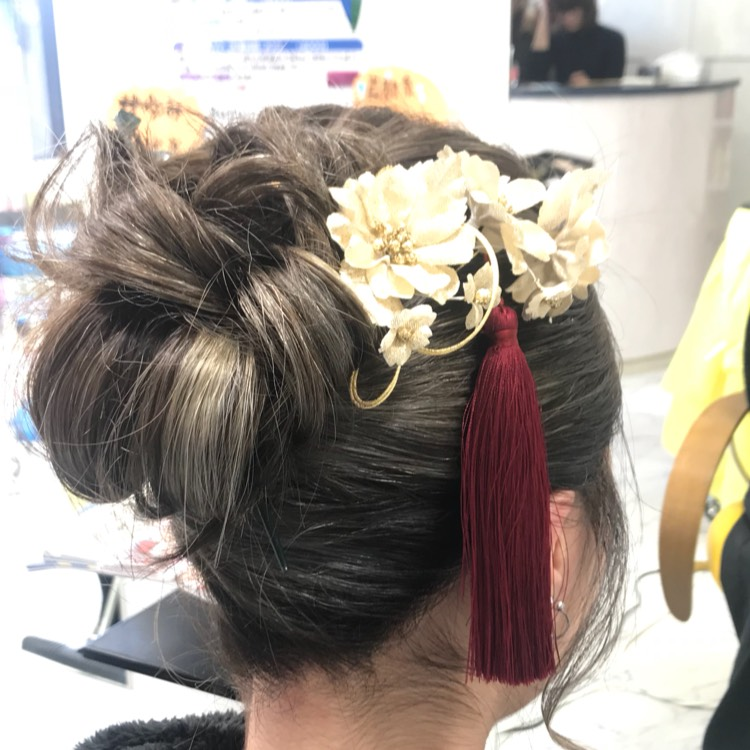 髪型は派手になりすぎないよう、ゴールドの花飾りと赤い房。