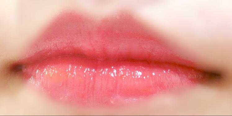 ETUDE HOUSEのシャインシックラップカラー PK002を少し自分の唇の輪郭をオーバーするように、チップで丁寧に付けていく。