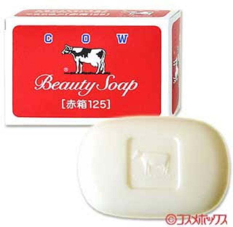 洗顔、ボディと使用しているのがこちらの牛乳石鹸の赤箱。 こちらは洗い上がり、とてもスッキリとして突っ張ることも無く肌荒れも改善されました。 こちらの固形石鹸と併用して洗顔をしてます。