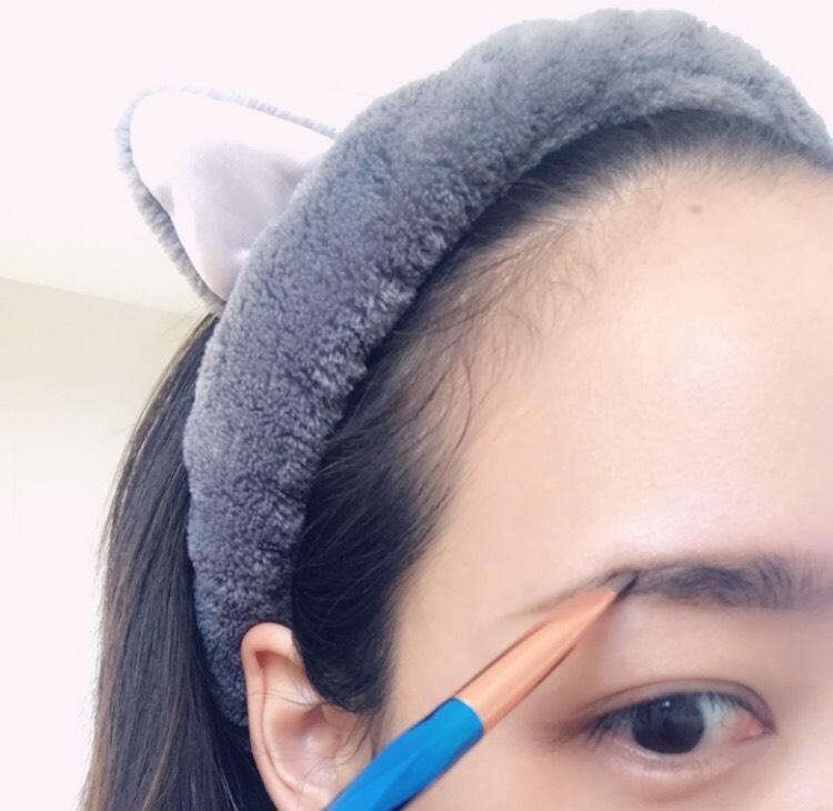 ツヤ重視のベースメイクで、肌に透明感を出して。  眉はふんわりさせたい時は、パウダー使用後に足りないところをペンシルで書いて。 眉マスカラは明るめのものを選びます。