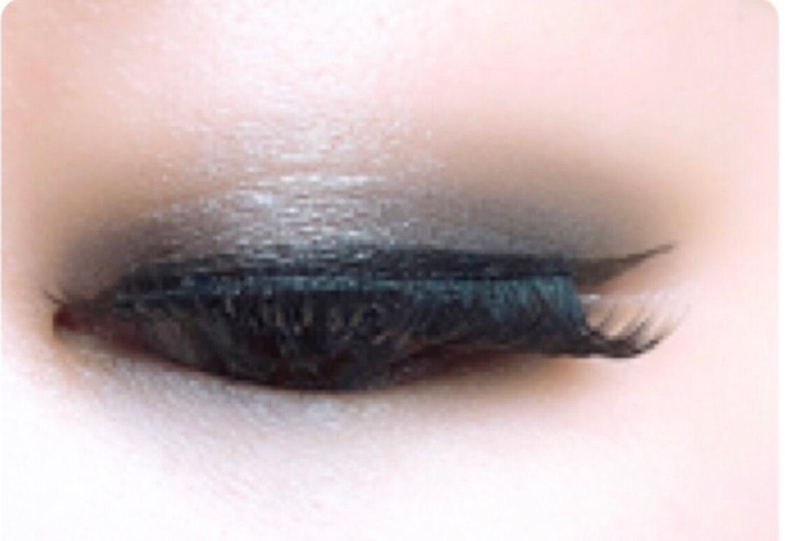 ④NARS シングルアイシャドー5358を下瞼全体に細めにいれる。  ⑤その上からNARS ハードワイヤードアイシャドー5335をぼかすように重ねる。  ⑥デジャヴュのペンシルで下瞼の粘膜をうめる。  カラコンはデコラティブアイズワンデーUVMのラブマイウェイです。