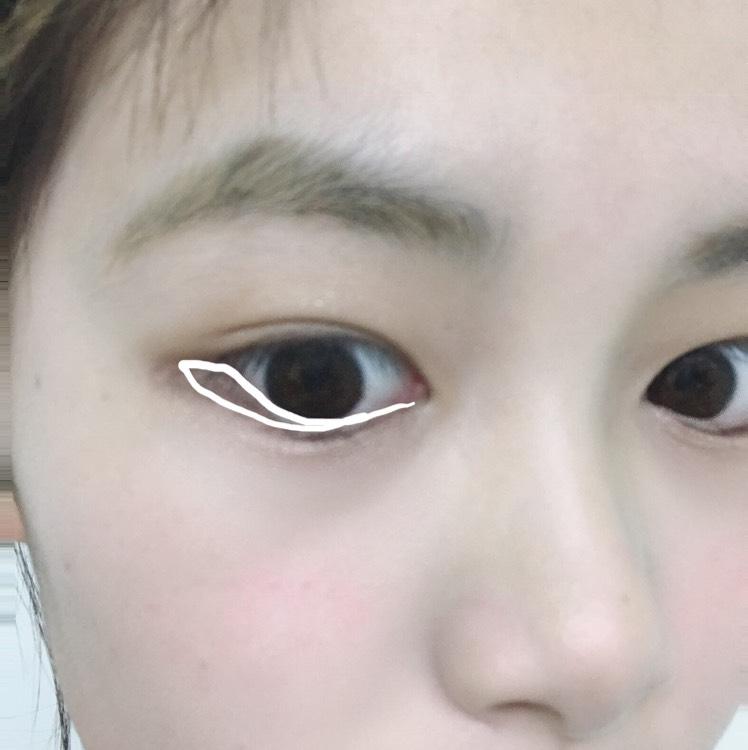 白で書いてあるように塗ります。 目頭の方はまつげの間を埋めるよりにして塗っていきます。