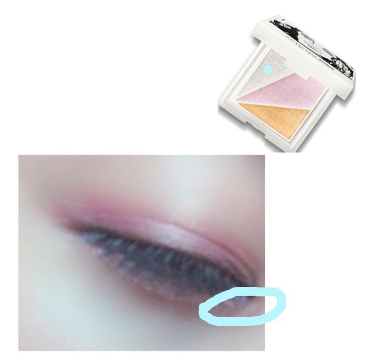 ハイライトのシルバーを涙袋の際と目頭にのせます! これでうるっとした瞳になります✩