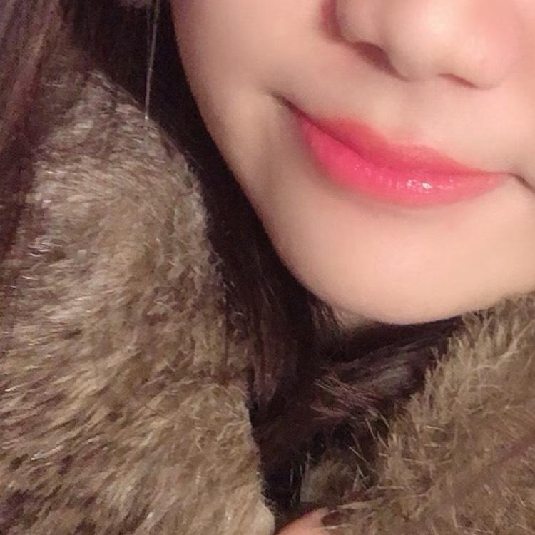 オレンジ系赤色の口紅をいれます。私は、エスティーローダーの口紅を使用しました。 そのあと、エチュードハウスのティントを、唇中央に入れて、完成です。