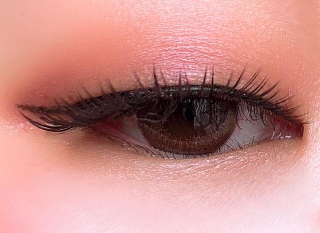 ①celvoke ヴォランタリーアイズEX01を指で取り、瞼全体に。  ②to/one ペタルリキッドアイシャドウ02を瞼中央と下瞼全体に。  ③ラブライナーリキッドでラインを引く。   カラコンはFemiiのフレンチコーラルです。