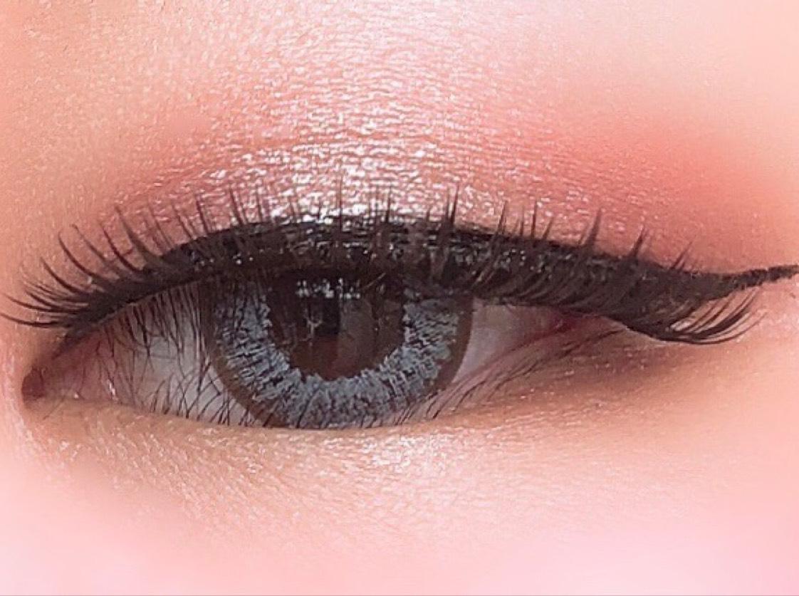 ①セザンヌ シングルカラーアイシャドウ03を目のくぼみより気持ち広めに塗る。  ②セザンヌ シングルカラーアイシャドウ02を二重幅に。  ③セザンヌ シングルカラーアイシャドウ01を眉下と下瞼目頭2/3に。  ④セザンヌ シングルカラーアイシャドウ02と03を手の甲に出して混ぜ、下瞼目尻1/3に。  ⑤BagerのLIP BALMを指に軽く取り、瞼中央に優しくトントンとおく。  ⑥その上から、セザンヌ シングルカラーアイシャドウ04を同じようにトントンとおく。  ⑦ラブライナーリキッドでラインを引く。