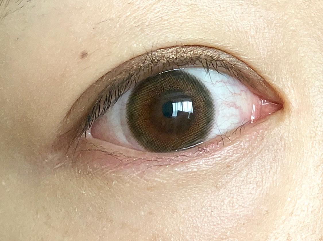 サニーブラウンのカラコンは自然に馴染んでナチュラルに目を大きく見せることができます◎  メイクも合わせてナチュラルな陰影をプラスしてみました。