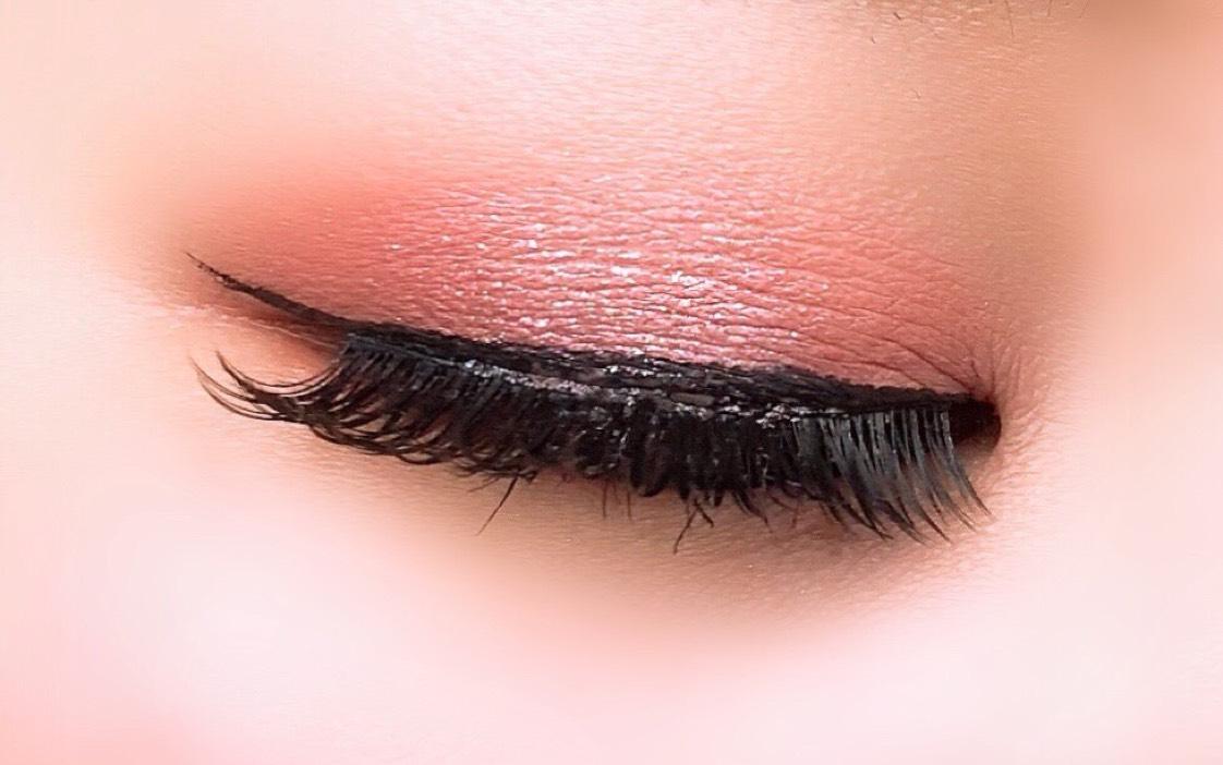 ①CLIO pro eye palette simply pinkの下段左のカラーを目のくぼみよりやや広めにいれる。   ②上段右のカラーをアイホール全体に。   ③下段右から2番目のカラーを中央はあけて、目頭と目尻に。