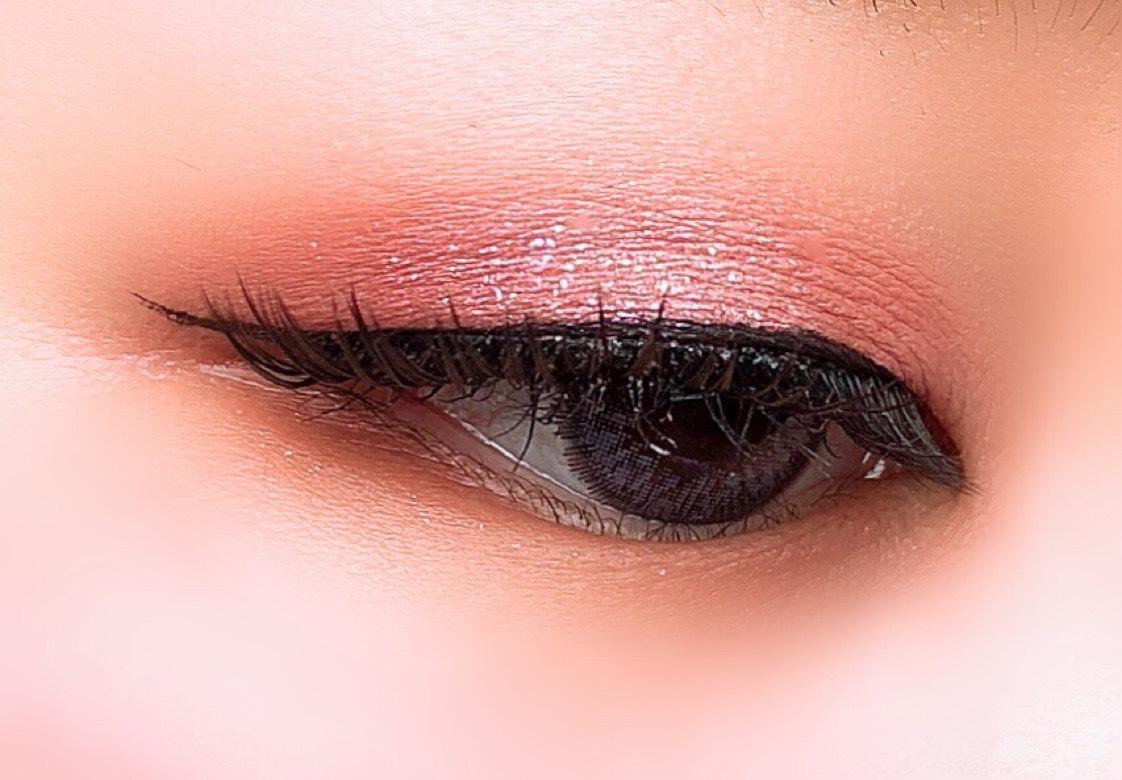 ④下段右のカラーを目尻と下瞼 目尻から1/3にいれる。   ⑤上段右のカラーを下瞼 目頭から2/3に。   ⑥上段 右から2番目のカラーを指にとり、瞼中央にトントンとおく。   ⑦同じように下段左から2番目のカラーと上段左から2番目のカラーを重ねていく。   ⑧ラブライナーリキッドでラインをひく。   カラコンはミネットのネイキッドレインです。
