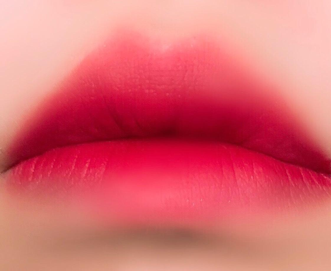 リップはBbiAを。 こちらも韓国で人気のティント 。  ラストベルベットリップティント11をリップブラシに軽くとり、唇全体に広げていき、再度11を付属のスティックで内側に2回重ねます。  さらに03も内側に重ねてグラデーションに。