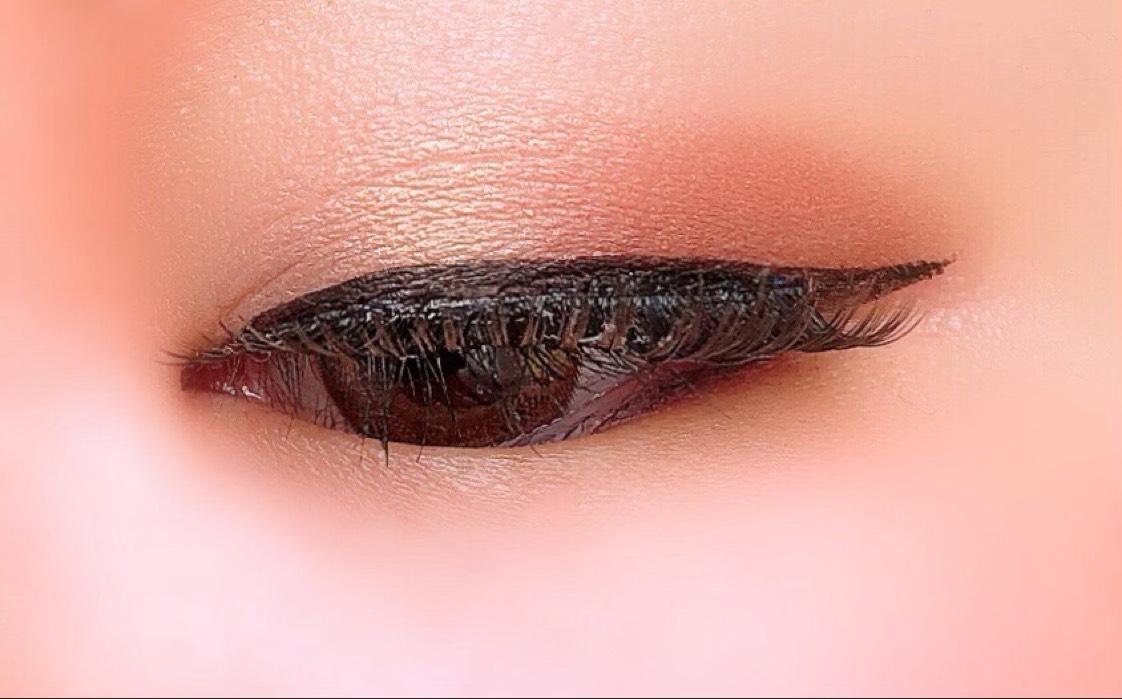 ①NARSデュオアイシャドー3079の左カラーを瞼全体に。 下瞼全体にも。  ②右カラーを目尻に。
