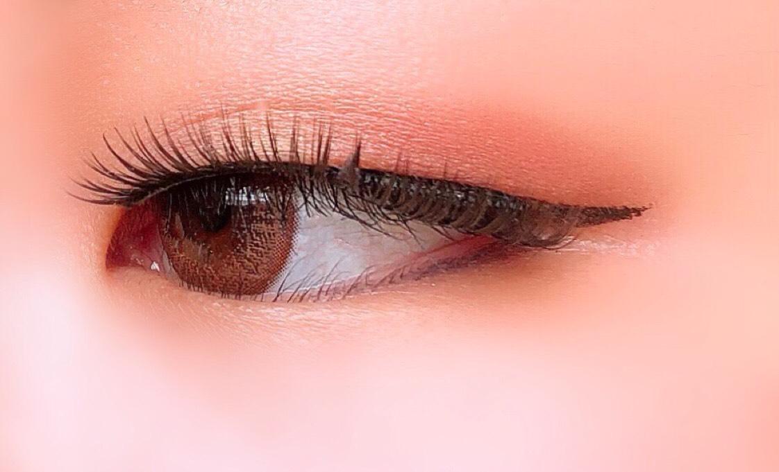 ③ラブライナーリキッドでラインをひく。  ④デジャヴュ ラスティンファインaクリームペンシル モーヴブラウンを下瞼目尻から黒目ぐらいまでひく。   カラコンはFemiiのフレンチコーラルです。