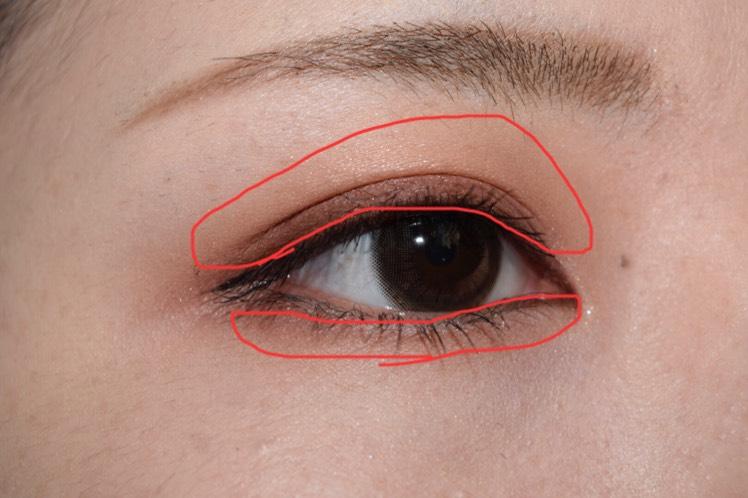 上瞼・下瞼全体にAの色をのせます。