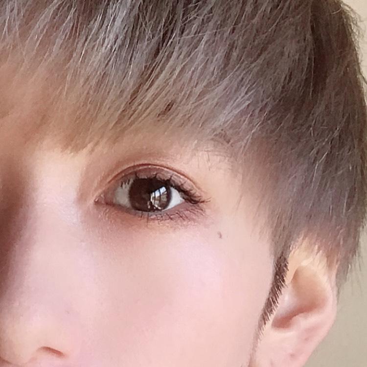 右上のカラーを下瞼全体に乗せ、左下のカラーを下瞼3/1にのせます