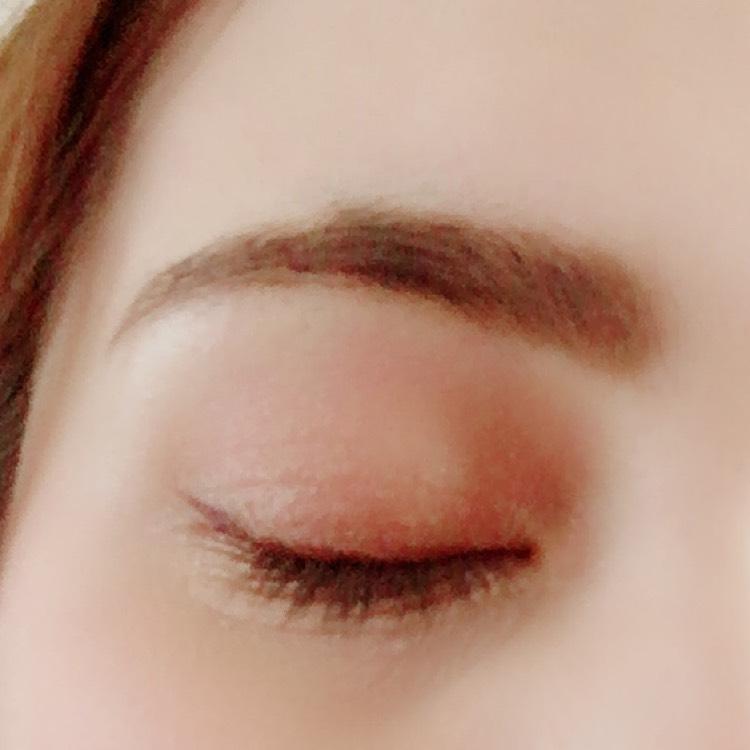 アイブロウ 形をペンシルで描き、間をパウダーでぼかします。眉マスカラで軽く整えます。  アイシャドウ アイホール全体にゴールド、目の極にブラウンをのせて馴染ませます。何度も重ねることで濃ゆ目の色を作ります。