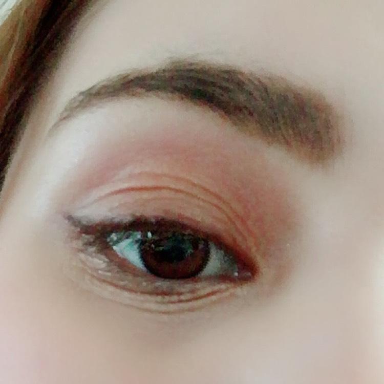 涙袋にベースカラーをのせて、目頭にゴールドをのせます。  アイライン 跳ね上げラインを先に描き、その後に目の極を書いていきます。 そして目尻の調整を行います。自然に流れてるように描きます。