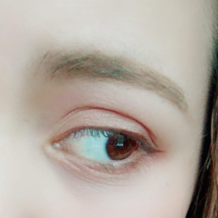 涙袋の目の極ラインにブラウンをのせます。 そしてその上からホワイトのベースカラーをのせます。