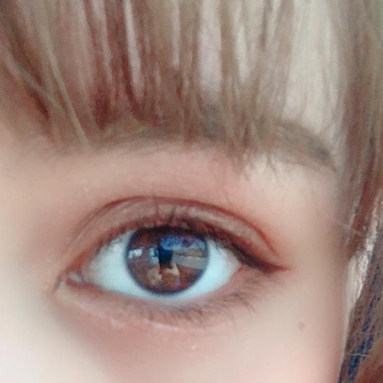 アイブロウ ライナーで形を書いて、パウダーでぼかします。眉マスカラで整えます。前髪で隠れるので平行眉。  アイシャドウ アイホール全体にゴールド、二重幅にブラウン、下まつげのラインに濃ゆいブラウン。 涙部の部分にベースのホワイトカラー、目頭部分にゴールドです。
