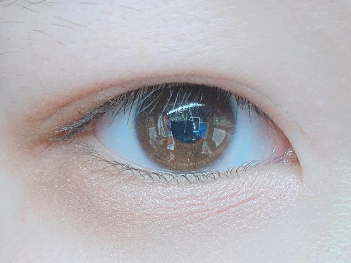 目尻側にちふれのシャドウの暗いブラウン、目頭(涙袋)にピンクを塗ります