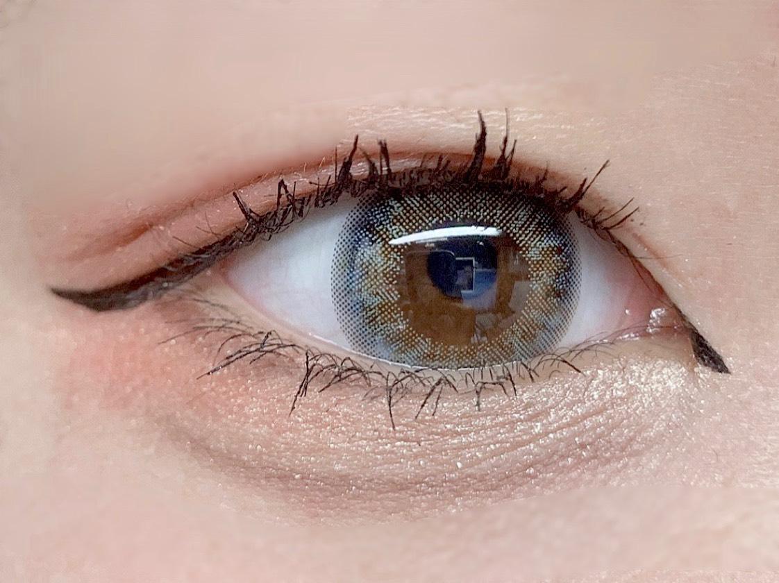 [ヒロインメイク スムースリキッドアイライナー スーパーキープ 01] 目頭と目尻(はね上げてみた)アイラインを引きます。