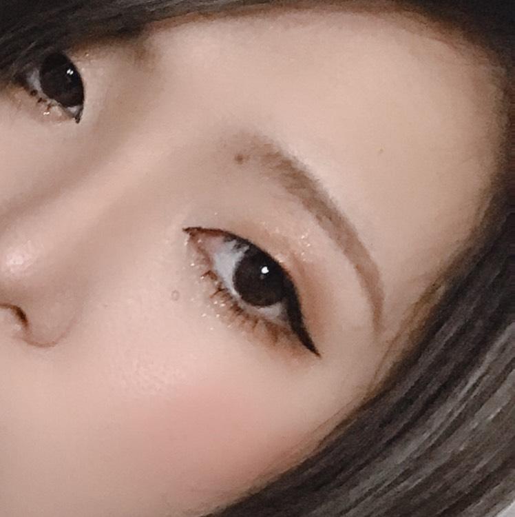 アイシャドウは目尻を囲うように塗ってます。 涙袋は個人的に濃く書かないです。 そして下まつげと粘膜の際、真ん中から目尻に向かってアイラインを引いてます。