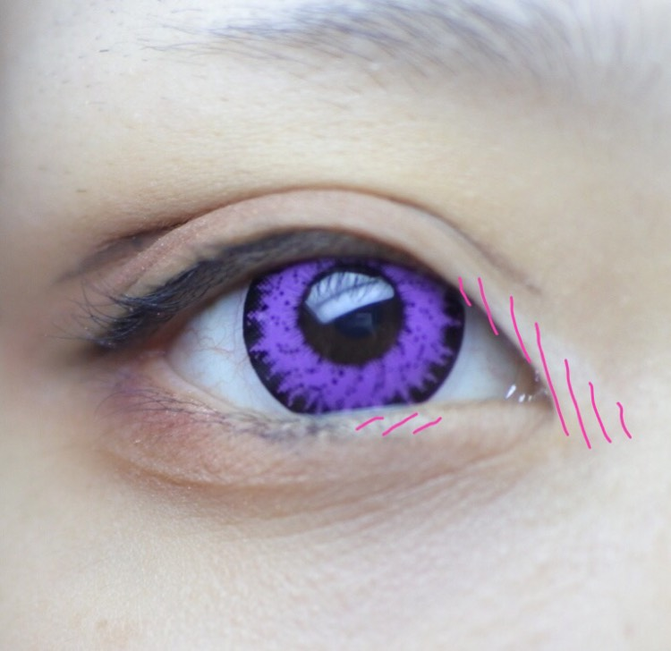 目頭に白いペンシルでハイライトを入れます。 しっかりぼかして下さい。 黒目の下、目頭側にも気持ち程度入れておきます。