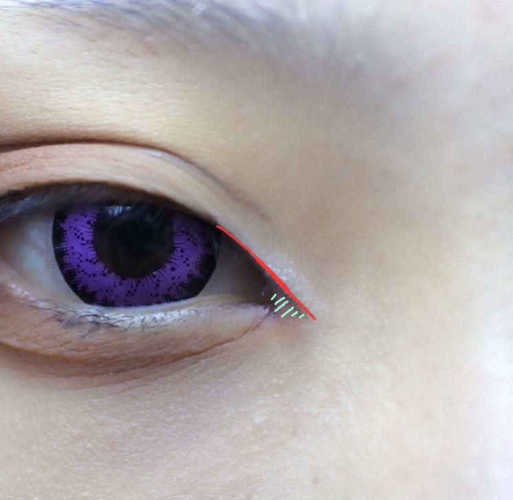私が1番苦手な目頭切開線! 蒙古襞邪魔ですが気にせずビュッと。 線の下に赤入れるのが好きです。 この線をアイラインと繋げたいのですが目を閉じた時も綺麗に見せたいのでしっかりとは繋げずうすーくうすーく重ね塗りの要領で何となく繋げます。