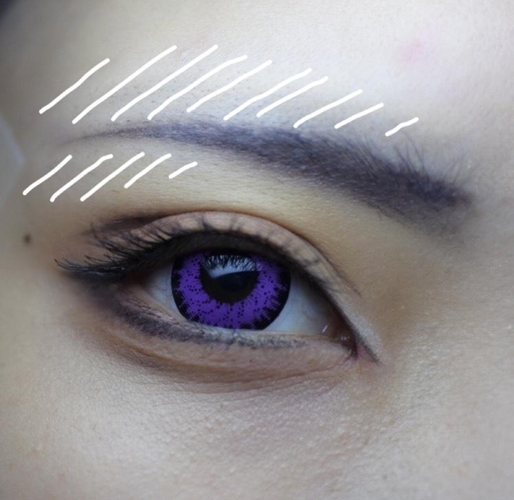 コンシーラーで上と下を潰しつつ形を整えます。眉頭は毛を描くように1本ずつ描き、最後にぼかします。