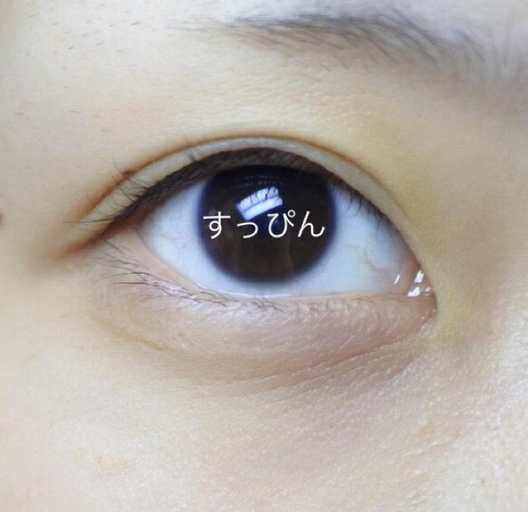 すっぴんの目 私の目は左右で大きさと形が違うので同じように調節するのが毎回1番しんどいです これは右目です。平行二重だけど幅がとてもせまい、瞼がまつ毛に乗ってる、などなど。 元の二重線が邪魔して思い通りの二重が作れない。勝ち組一重に生まれたかった。
