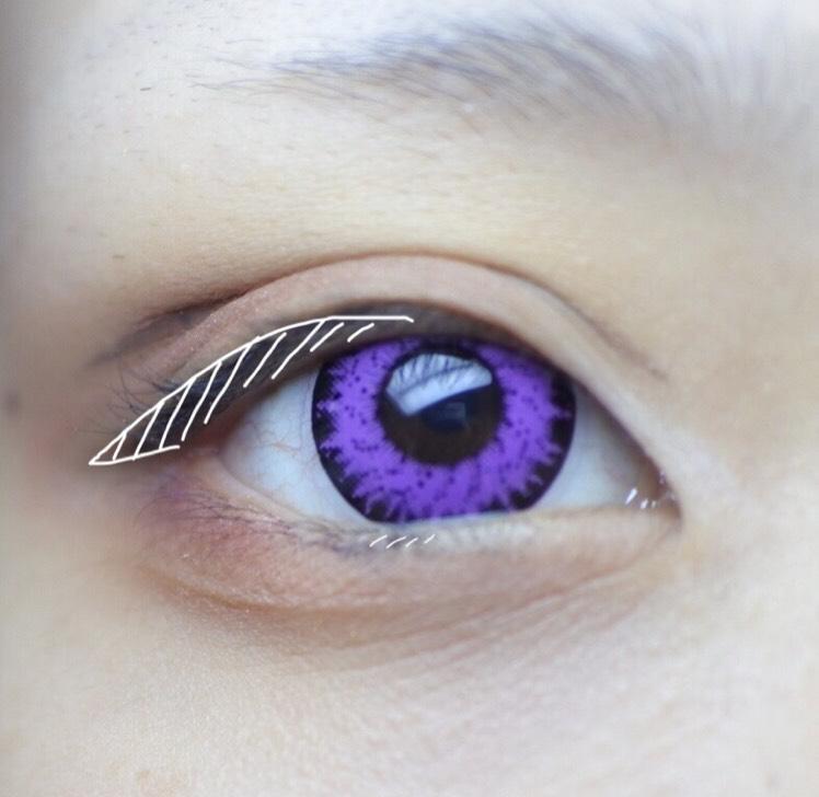 黒のペンシルでアイラインを描きます。 後で下瞼にラインを描くのでそのガイド的に黒目の下に少しだけ黒を入れておきます。 リキッドライナーよりペンシルのほうが自然かつ柔らかくなるので最近はペンシルを多用してます。 好みの問題なのでリキッドでもジェルでもなんでもいいです。