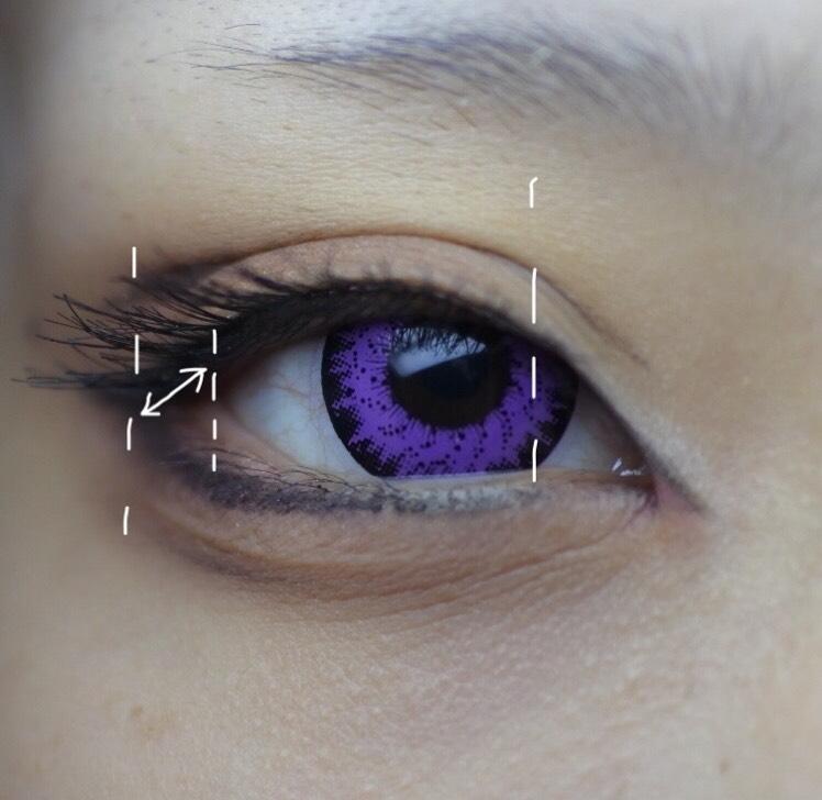 つけまをつけます。 左右で目の開きが違うのをつけまでなんとか誤魔化しています。 実際の目尻よりオーバーに、その分目頭側は離して貼ります。 マスカラは黒目の下のみ塗っています。