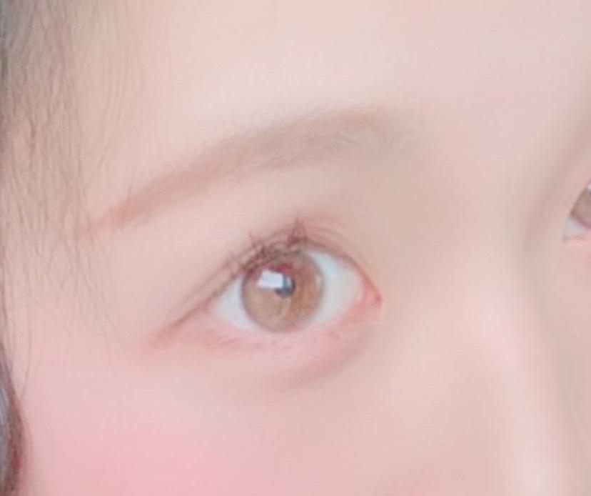 眉毛はペンシルではなくふわっと仕上がるパウダーのものを使用しました。パウダーだけだと形がうまく出来ないのでわたしはペンシル型のコンシーラーで眉毛をかたどって馴染ませています。