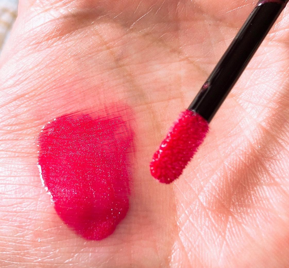 何よりアーティストさんが04が好きらしく。 こちらにもピンクのようなパールが配合されていて、赤過ぎない赤。 透明感のある発色ですが、しっかりカラーが付くのでこれ1本でリップメイクは終わり。 コラーゲンたっぷりなので保湿力も申し分ないです。