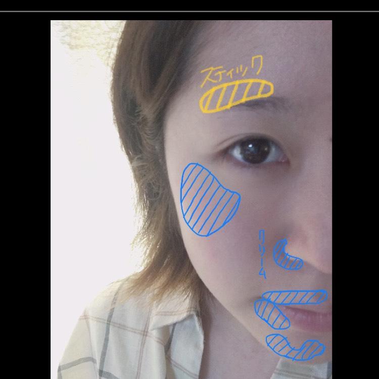 頬の赤み、小鼻の横、にきび、唇の輪郭(下唇の真ん中以外(画像参照))にクリームコンシーラーを塗り馴染ませ、眉のポツポツした剃り跡を隠すようにスティックコンシーラーを塗り馴染ませる。