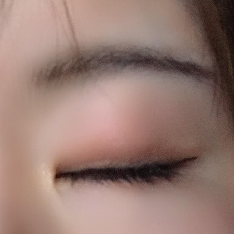 次に眉は平行気味で茶色のダイソーのアイブロウペンシルで書きます。眉頭はキャンメイクのパウダーで色つけます