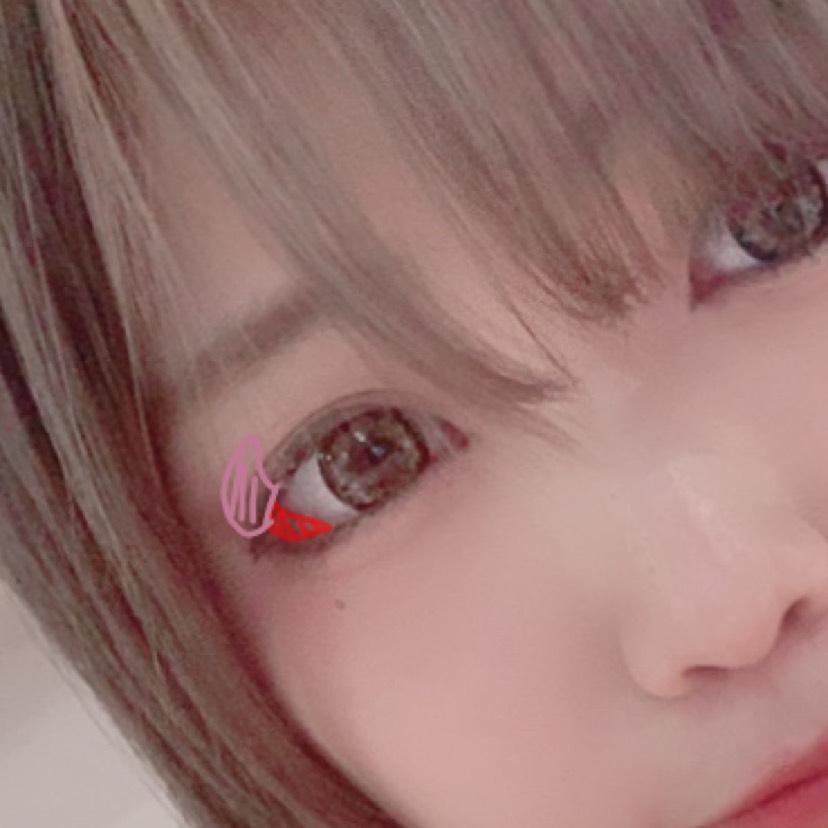 ⑷ピンクを目尻から目頭に向けて少し載せる(しょーみ直接見て分かるくらいでいい)(自撮りで分かるか分からんかくらい) 赤のアイライン(リキッド以外)かアイシャドウを目尻に粘膜っぽく描く。