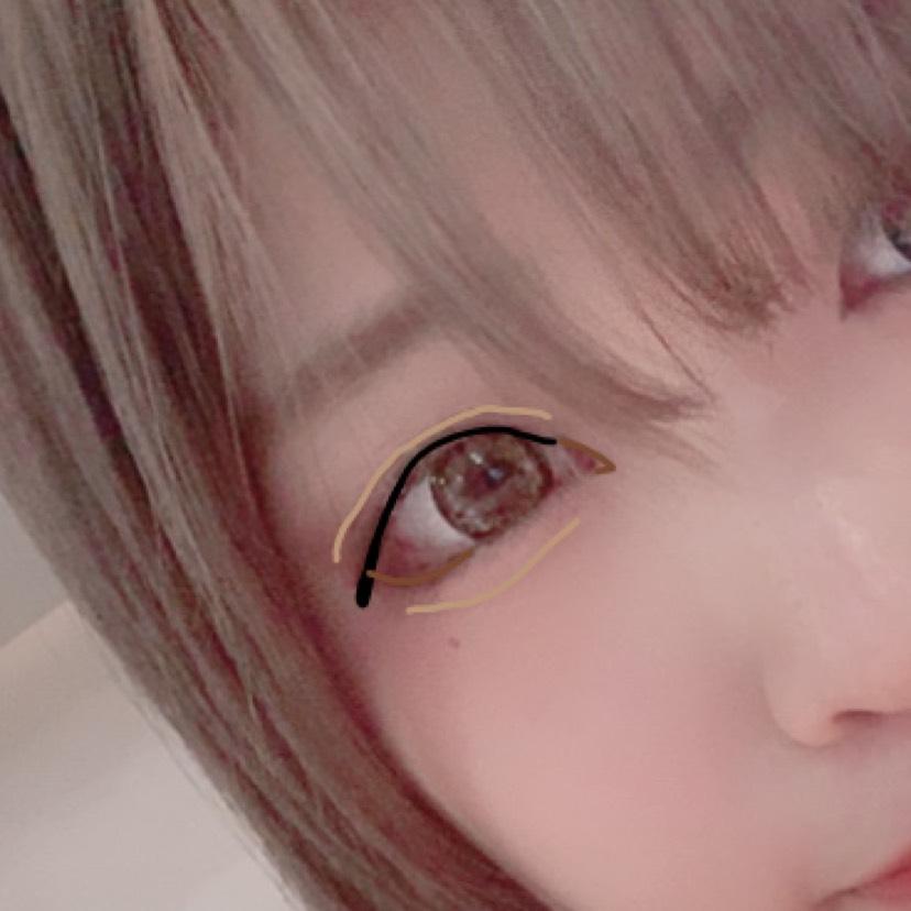 ⑸黒のリキッドアイライナーで目頭よりちょっと目尻行ったくらいのところ(分かって)から目尻に向かって引く。目尻ははね上げたりしないでタレ目になるように引く。目尻にいくにつれて少し太くする。 ブラウンのリキッドアイライナーで目頭切開するのとさっき赤色で描いた粘膜を囲うように目尻を書き足す。ダブルラインフェイカーで涙袋の影とダブルラインを描く。