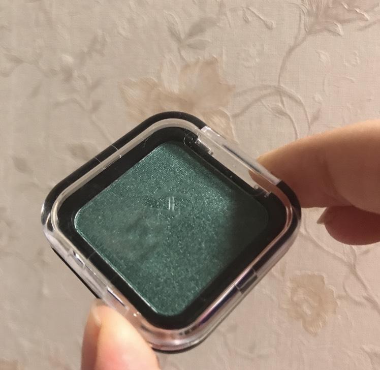 緑色のアイシャドウを目尻と上瞼の半分くらいのところにのせます
