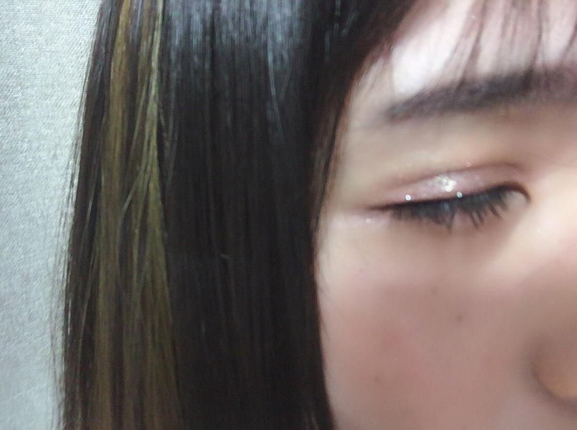 工程撮るの忘れました、、、( ;  ; ) ベース、眉はカット。  カラコンはバンビシリーズのヴィンテージヘーゼルを使用してます。  アイシャドウは ・BW アイシャドウパレット PRMスクエア の ピンク色をアイホール全体、涙袋全体に指でのせます。 茶色のカラーをを細めのブラシにとり、涙袋の影と目尻側にバランス見ながらひいて、  ヴィセリシェの ・シャドウ&リキッド ライナー のシャドウが、チップになってるので 細めのブラシにつけて二重の線にひきます。 目尻にだけカットしたつけまつげをつけ、目尻のみ先ほどのシャドウ&ライナーのアイライナーをひいて、  写真にはないのですが ・アディクション ザ アイシャドウ092をアイホールの黒目中央に、 ・メイベリン ビッグアイラブバックライナーを涙袋にのせて完成です!   あとは、、マスカラして終わりです〜