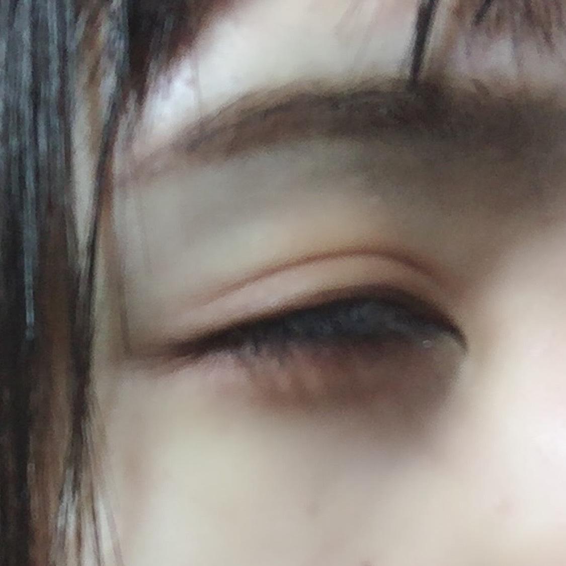 アイメイク、とリップのみ紹介します。 今日は裸眼です。  ・CANMAKE パーフェクトマルチアイズ03 の右上のカラーをアイホール全体と涙袋にのせます。 下まつげの際に沿って赤色をブラシかチップでぬり、右下の茶色のカラーで涙袋の影、 上まつ毛中央につけまつげをつけ、目頭から目尻にかけてアイライナーっぽくひきます。 目尻三角形あたりに茶色いからーをのせ、目の縦幅、横幅を出して完成です!  マスカラは、下まつげにのみ ・KATE ラッシュマキシマイザーをつけ、 ・デジャヴュファイパーウィッグウルトラロングFを塗って終わりです!  リップは ・SHISEIDO モダンマット パウダーリップスティック 524を塗ったあと、 ・KATE デザイニングアイブロウ 3D EX-4 でこうかくの影を描き完成です!