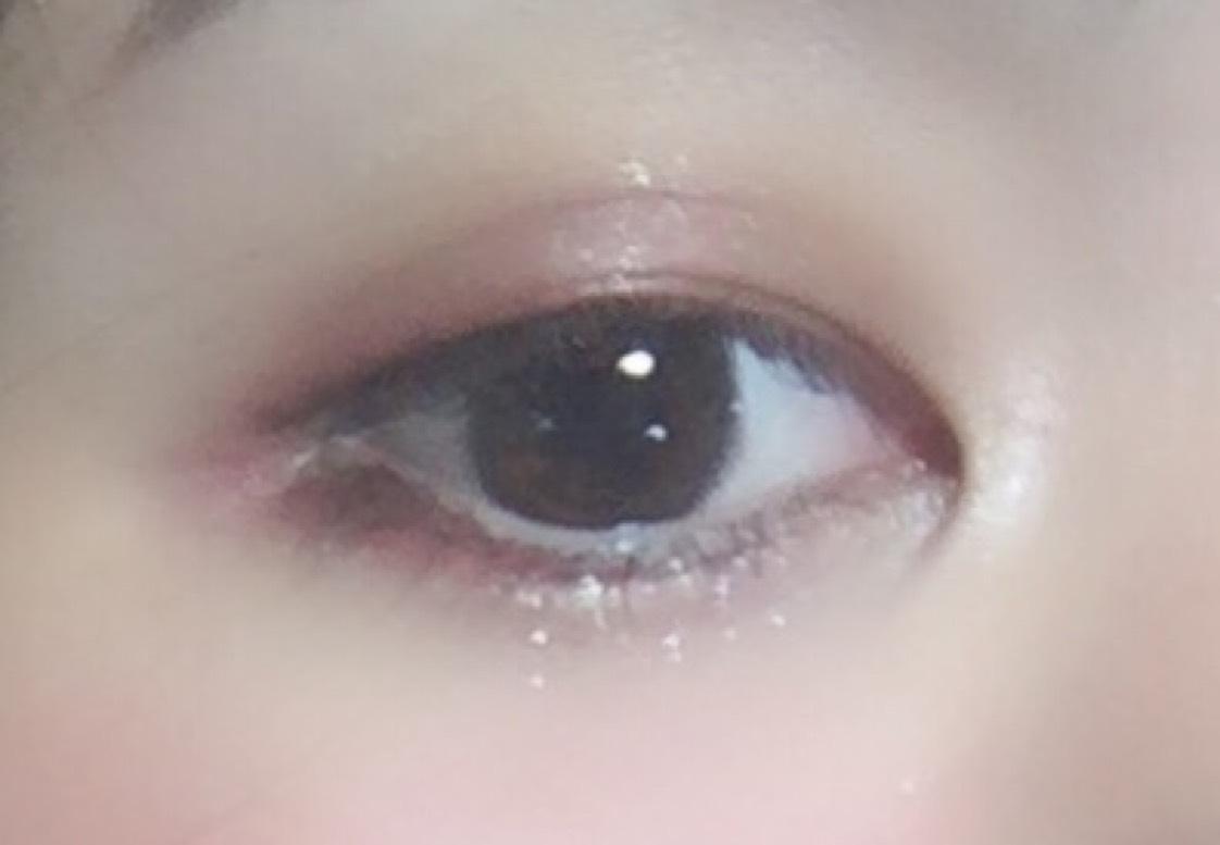 アイメイクに移ります。  ・BWアイシャドウパレット PRMスクエア ESP 1803 の下段右から4、5番目のカラーを主に使用します。 まず、紫のカラーを -上瞼- (二重の幅あたり)に目尻から中央に向かってグラデーションを作るように塗ります。  -下瞼-  黒目下のまつ毛のきわから中央まで、一本線描くイメージ(アーモンドeyeを作る感じ)で紫をひき、  上まつ毛の中央にマスカラつけ、 アイライナー ・KATE  スーパーシャープライナーA (ブラウン) を目尻にだけたれさすようにひいたら、 下瞼の目尻側まつげのきわに赤色のシャドウを重ね、 上瞼 まつげの際に目頭からアイライナーひいたところまで 紫でひいていきます。  下瞼中央に  ・アディクション ザ アイシャドウ 092 をのせ、 ・KATE  ダブルラインフェイカー LB-1 極薄ブラウンで涙袋の影、二重の線を描き、 だいたい完成です。(理由はまつげのあと↓)  まつ毛は下瞼にだけ ・KATE  ラッシュマキシマイザー (下地)をぬり、 上まつげ、下まつげ共に ・デジャヴュ ファイパーウィッグウルトラロングF  をしたら完成です!  だいたい完成といった理由、は全体の様子見て色味を付け足していったので 皆さんもやってみてください!