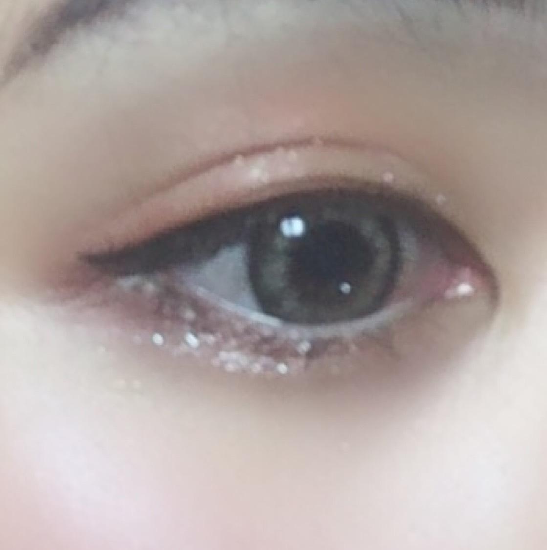 アイメイクは ・CANMAKE パーフェクトマルチアイズ03の下段赤のカラーを上瞼 目尻から中央にブラシで馴染ませグラデにします。 目を開けて、二重の線で見えなかった場合、見えるようにしたいので目尻から目を開けた状態でほんのり書きます。  下瞼は黒目の下(中央)から目尻まで一直線になるように赤を線引いて、中を埋めます。  下段右の茶色のカラーでアイラインを引くように上まつ毛は 目頭側から目尻側まつげの際に沿ってひき、 下まつげは赤を入れたとこのみまつげの際に入れます。  カットしたつけまつげを目尻側につけ、  ・ヴィセ リシェ シャドウ&リキッドアイライナー01 で目尻だけ書きます。  ・KATE ダブルラインフェイカーLB-1極薄ブラウン で涙袋の影、二重の線をひき、  ・アディクション ザ アイシャドウ 092 を上瞼、下瞼共に中央に入れてから左右にぼかして  下まつげのみマスカラ下地を塗り ブラウンマスカラで上下したら  アイメイク完成です〜!