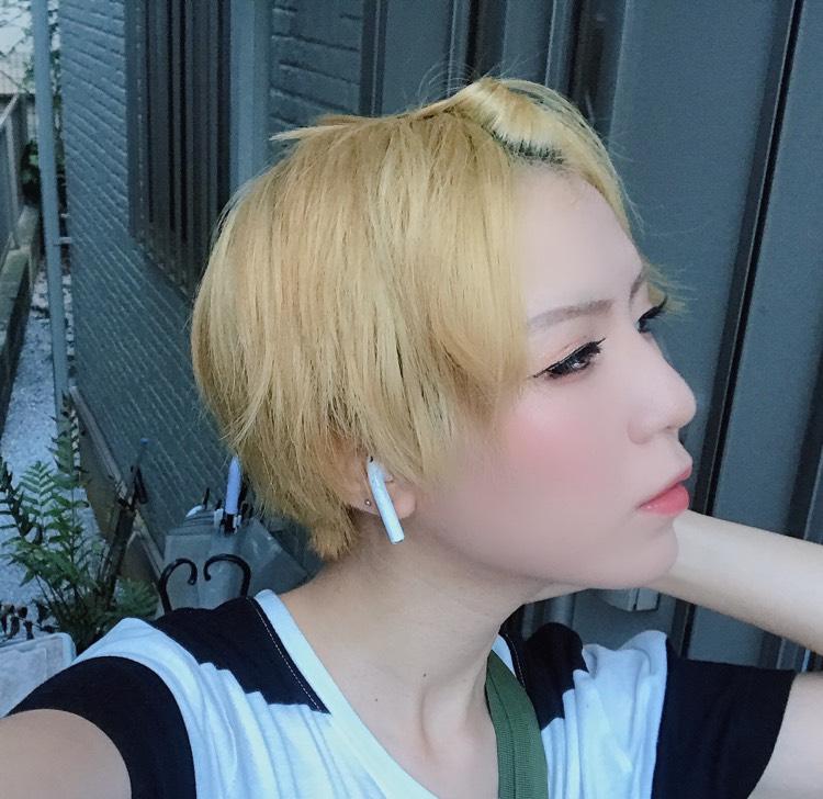 全体的にワックスを付けて前髪をアメピンで止める。 私はねじってアメピン日本で止めました。