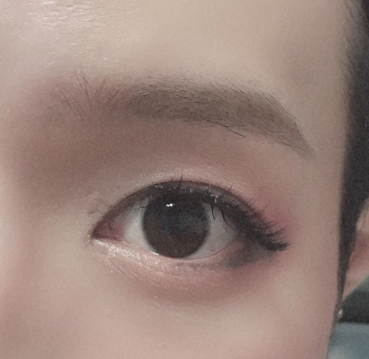 眉は眉尻からペンシルで囲い、中をパウダーでぼかし、眉マスカラで眉毛を染めます。