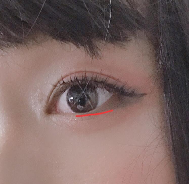涙袋に赤いシャドウを全体的に塗ります。 目頭から黒目下まではラメのシャドウで塗る。 アイラインはリキッドアイライナー(ラブライナーブラック)でタレさせて、ペンシルアイライナーで赤く線を引いてある下瞼に引きます。