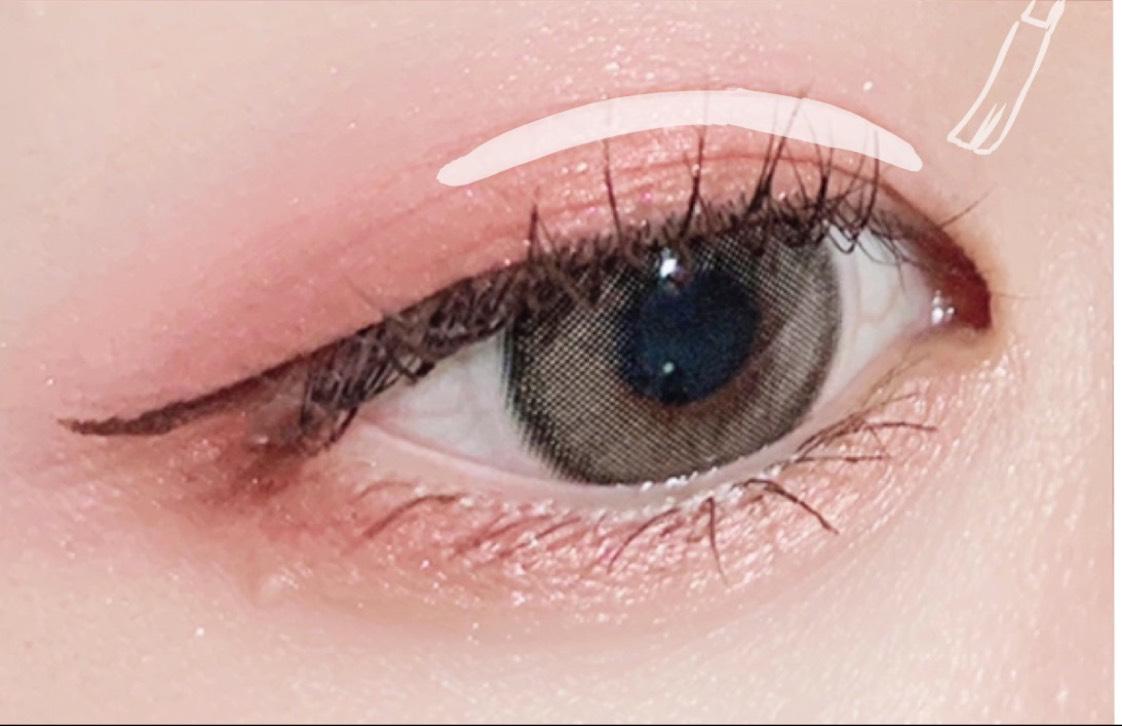 ② 一度に沢山つけすぎず最初は薄く塗る 目じりまで塗りすぎないのがポイント!